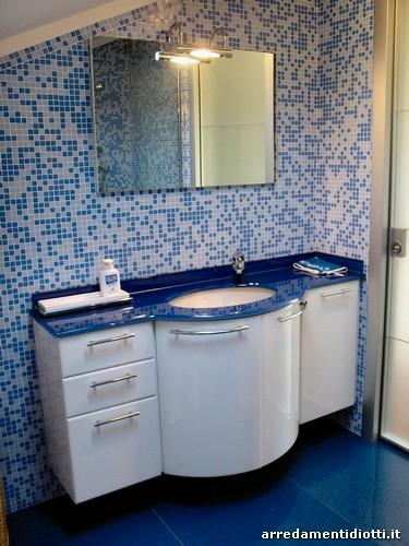 Bagno moderno bianco e blu - Bagno blu e bianco ...