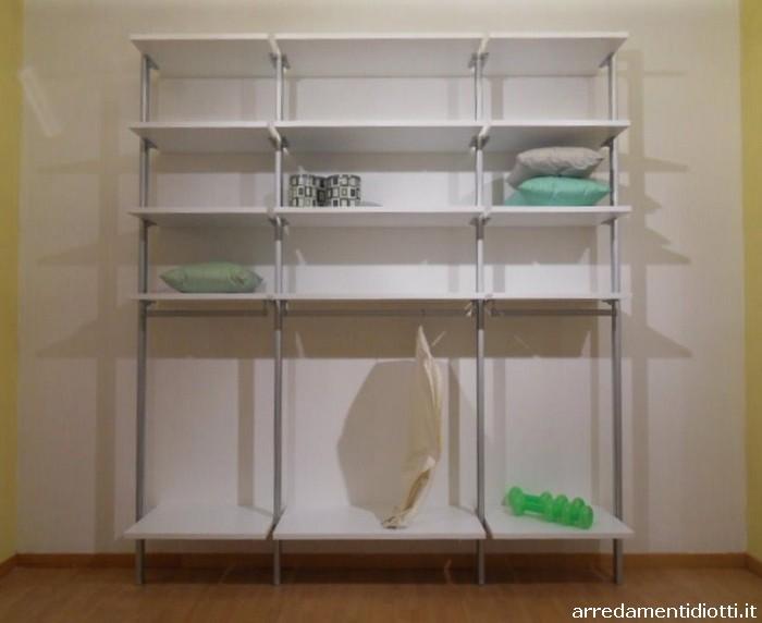 Cabina armadio in prezzo affare con supporti verticali per for Diotti a f arredamenti lentate sul seveso monza e brianza
