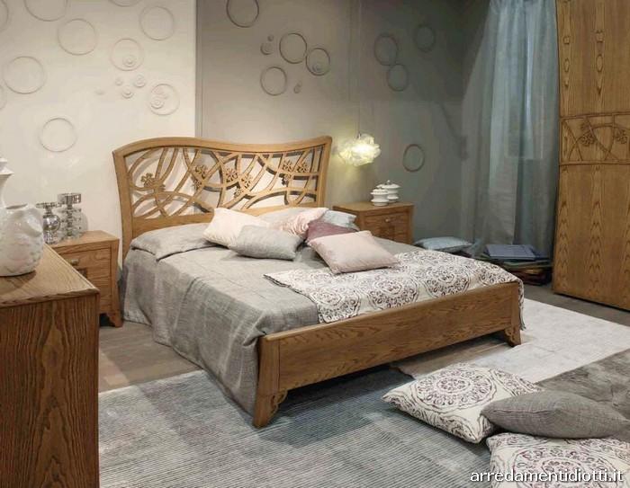 Camera classica d co in frassino con fiori intagliati for Della camera arredamenti levane