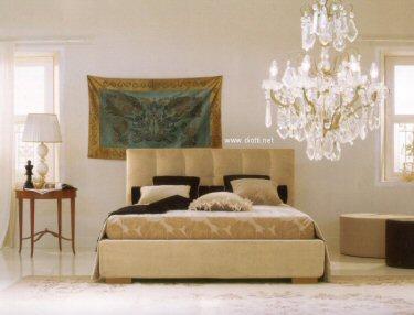 Il letto contenitore Max Capitonnè in una versione in tessuto beige con piede legno.