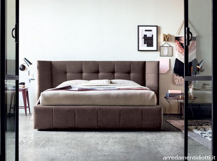 I letti sono caratterizzati da una testiera lineare e imbottita con due parti laterali mobili e - I mobili sono detraibili ...