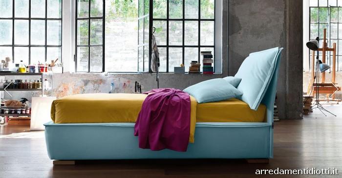 Letto sandy con grandi cucini di testata diotti a f - Testata del letto con cuscini ...