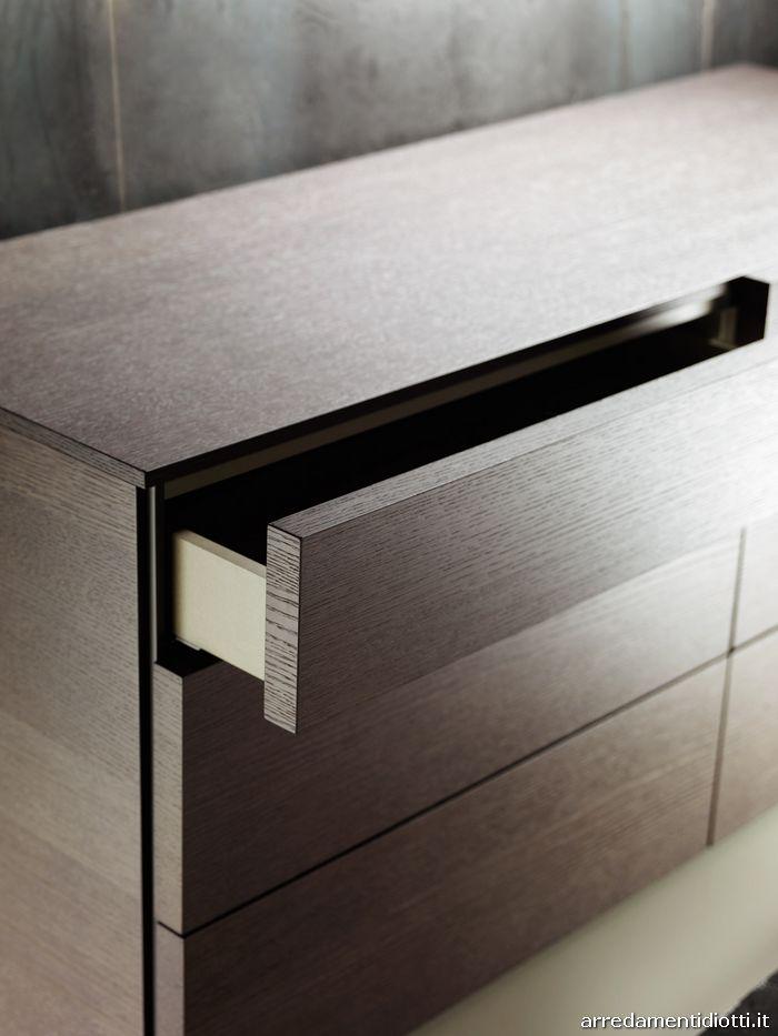 L'estrazione totale dei cassetti, su richiesta, consente una facile accessibilità ai vani interni.  I frontali spessore 35 mm, dotati di apertura a gola laterale, si posano in battuta sui top sottili