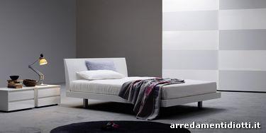 Letto Brio frassinato bianco, comodini Dado Glass frassinato bianco con vetro lucido in tinta