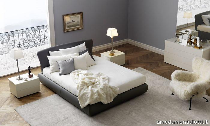 Letto Bambò Classic con rivestimento in pelle grigia, gruppo letto Cap laccato lucido bianco