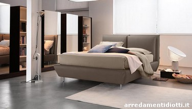 Letto con comodi cuscini di testata che possono essere estratti e portati nella posizione pi - Cuscini grandi per testata letto ...