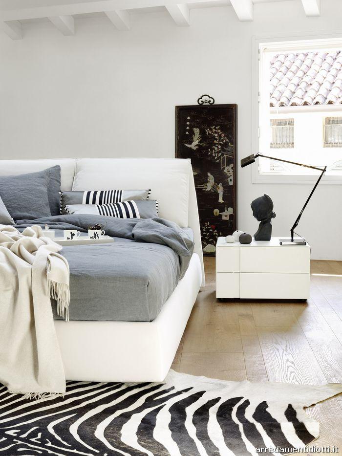 Letto Cherie in tessuto bianco e gruppo letto abaco laccato opaco bianco