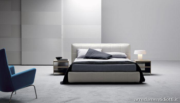 Letto Super Soft con rivestimento in tessuto grigio perla, comodini Dado Glass in materico juta e specchio dark