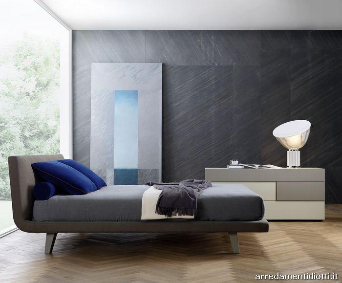 I piedi laccati del letto Zenit possono essere abbinati al colore del tessuto terranova o a quello dei comodini canapa o juta