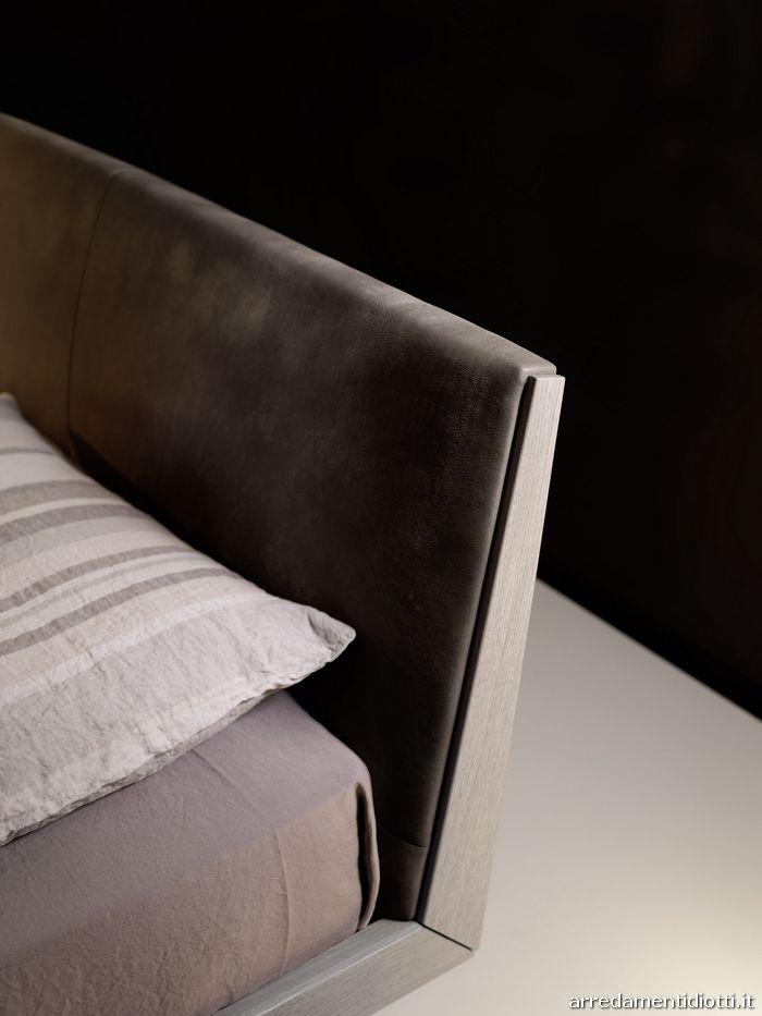 Il rivestimento in pelle Vintage della testiera evoca uno stile rustico-chic nel quale emerge il fascino del vissuto e del prodotto unico.