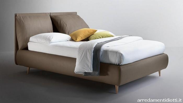 Letto imbottito con cuscini di testata per una posizione di totale relax o pi adeguata alla - Posizione letto rispetto alla porta ...
