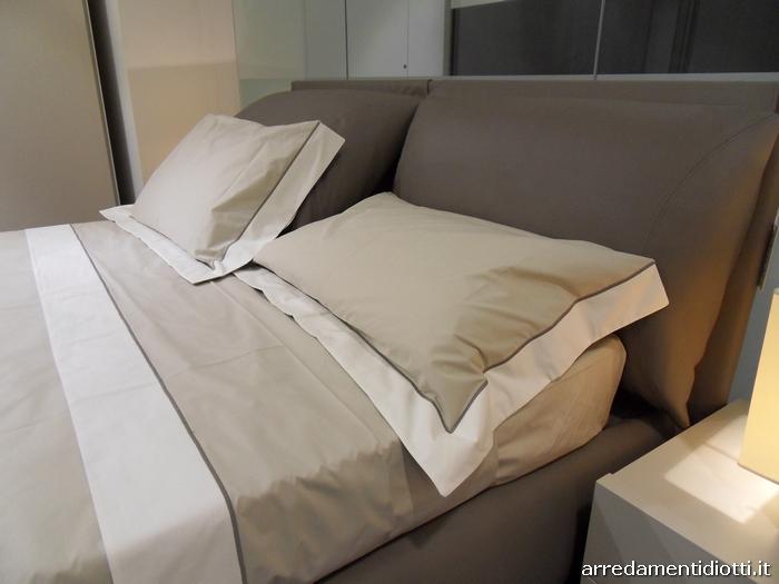 Letto imbottito con cuscini di testata per una posizione - Cuscini testata letto ...