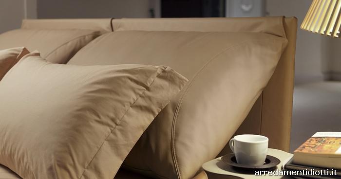Letto imbottito con cuscini di testata per una posizione di totale relax o pi adeguata alla - Letto malou bontempi ...