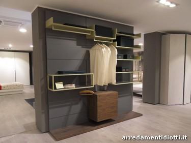 Cabina armadio caratterizzata da pannelli a diverse profondità e ...