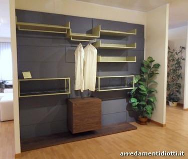Cabina armadio caratterizzata da pannelli a diverse for Cera arredamenti