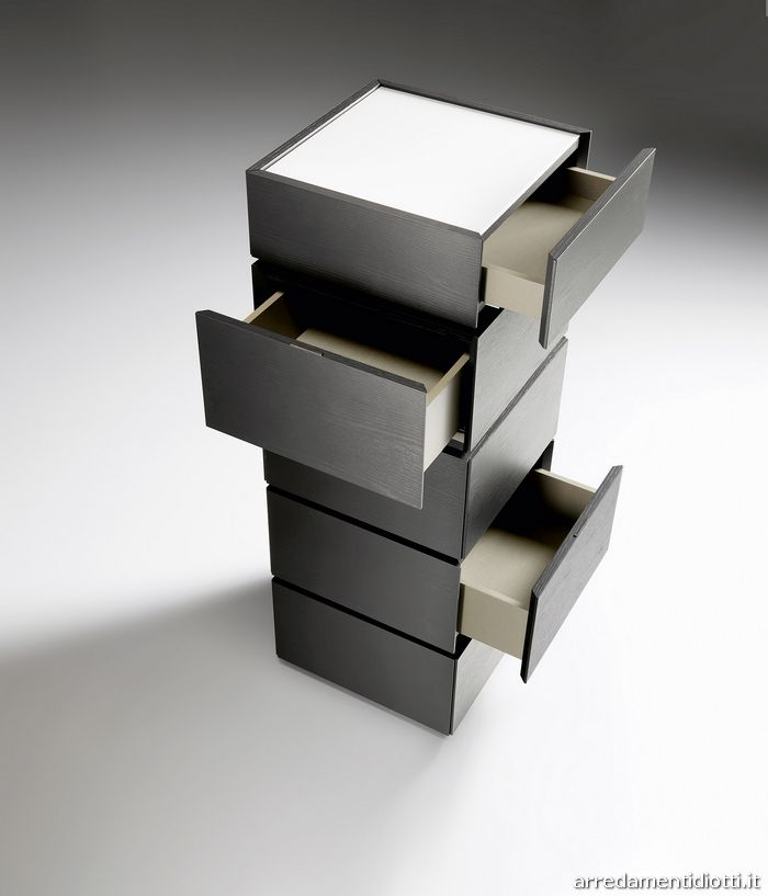 Nell'utilizzo di moduli di uguale larghezza e profondità è possibile sovrapporre più elementi anche di differenti altezze, orientando a piacere l'apertura dei cassetti