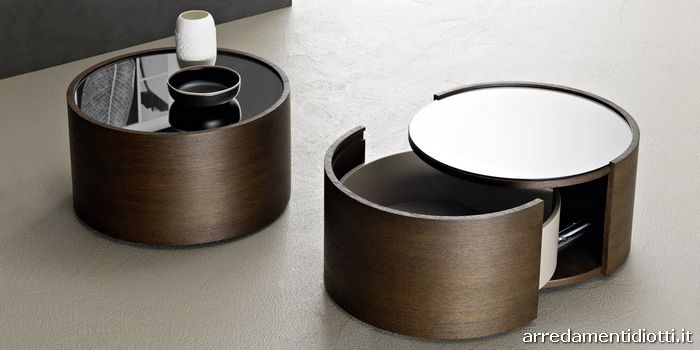 Il comodino Raiki tondo è composto da un cassetto completamente estraibile con apertura posta sul bordo frontale e può essere personalizzato con top in vetro laccato lucido, satinato o specchio dark