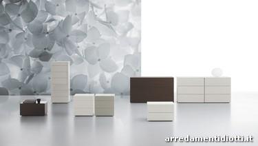 Gruppo letto dal raffinato <b>design</b> con i cassetti ed il top ...