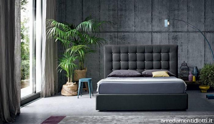 Letto Sospeso Diaz : La testata di un letto con lavorazione capitonnè comunica una