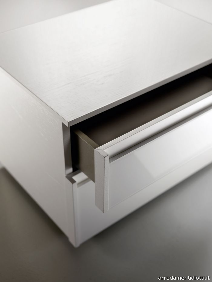 I contenitori Dado Glass sono caratterizzati dalla personalizzazione dei frontali dei cassetti, che, oltre al valore estetico assolvono alla funzione di apertura