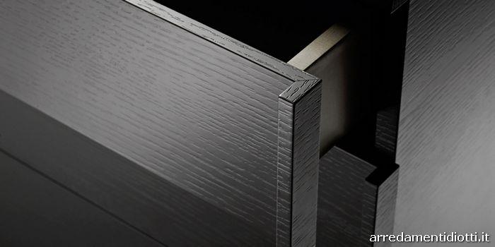 La maniglia, ricavata dalla lavorazione a folding del frontale, è caratterizzata dalla prensilità laterale evidenziata nel dettaglio