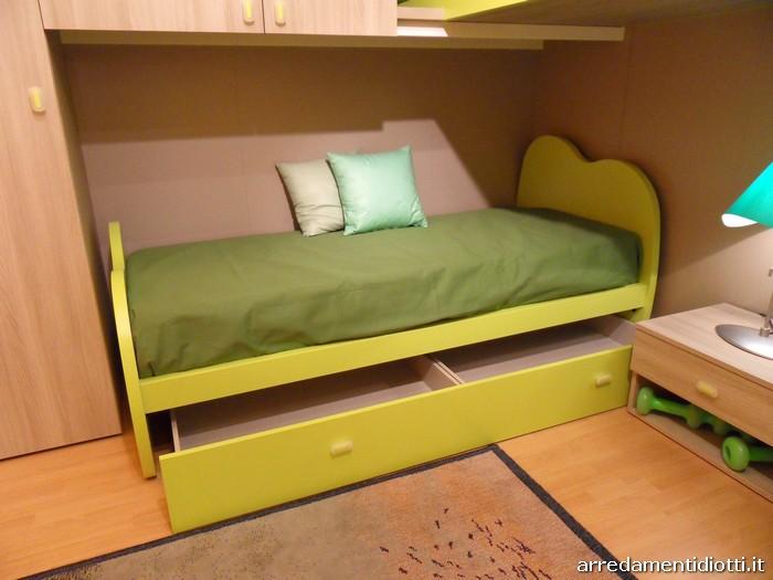 I cassetti estraibili dal letto sono disposti su ruote e sono forniti di un unico frontale