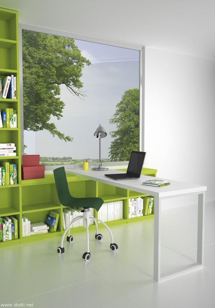 Pratico scrittoio bifacciale in appoggio su libreria laccata sotto-finestra e supporto in metallo.