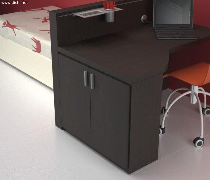 Scrivania sagomata in rovere tinto wengè con elemento contenitore laterale. La scrivania si appoggia al pannello retro-letto che viene completato dal binario in alluminio per aggancio accessori in alluminio.