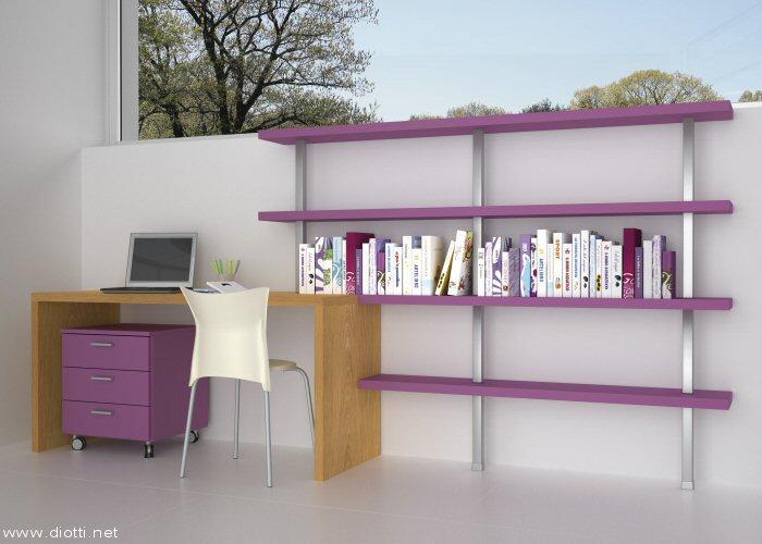 Una semplice scrivania in rovere abbinata alla moderna libreria laccata viola con montanti in alluminio. Un bel tocco di colore la cassettiera su ruote coordinata.