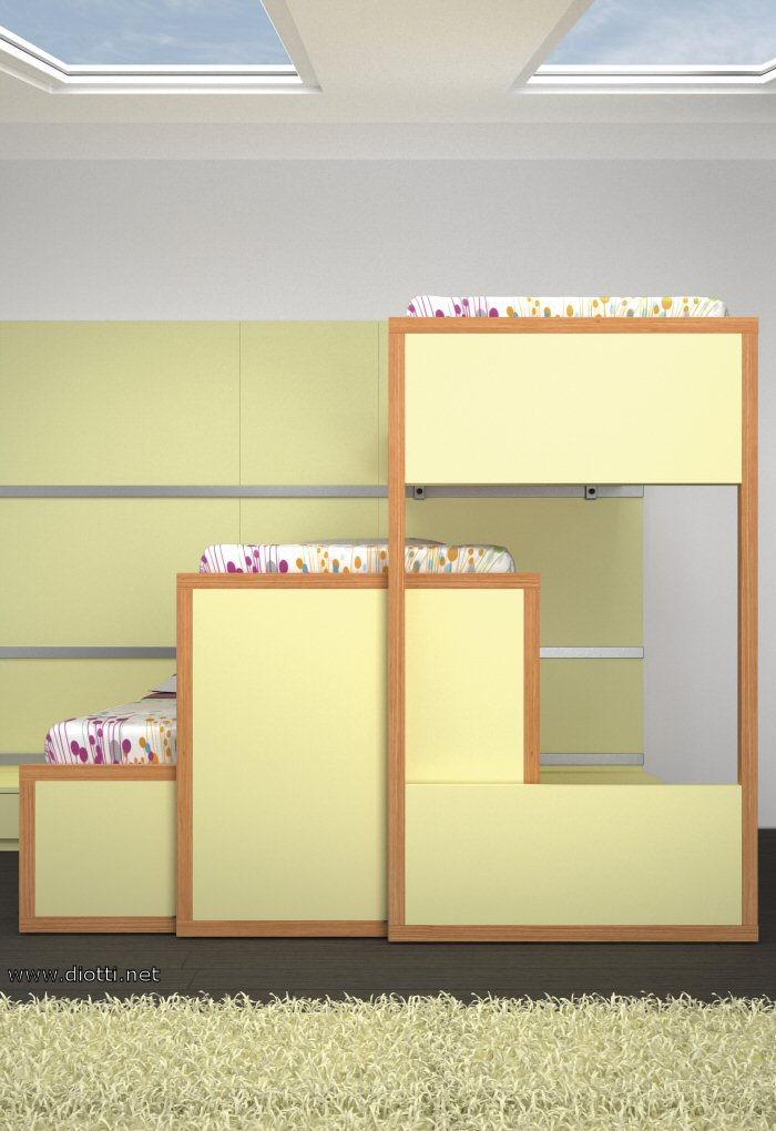 I tre letti tutti in movimento, scorrendo sui binari in alluminio fissati ai pannelli a muro.