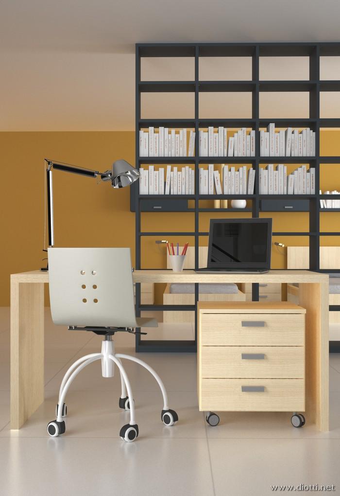 Dettaglio sullo scrittoio e sulla cassettiera con ruote: la libreria bifacciale laccata sullo sfondo.