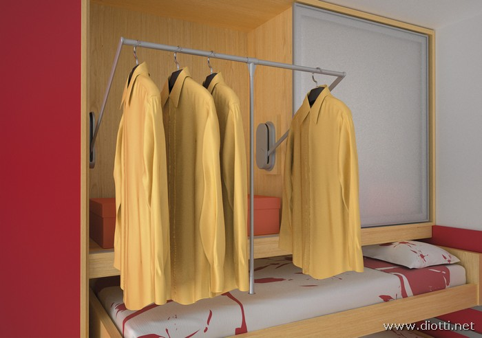L'armadio a ponte con ante scorrevoli qui fotografato con le ante aperte e l'elemento porta-abiti estratto.