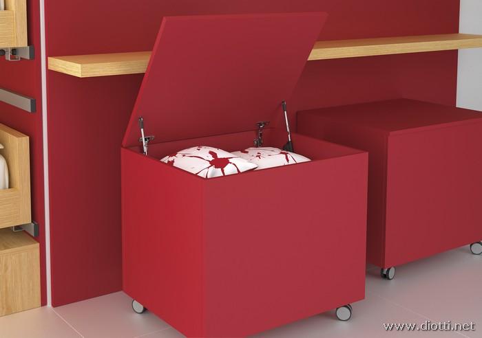 I simpatici box contenitori su ruote laccati rossi, apribili a ribalta.