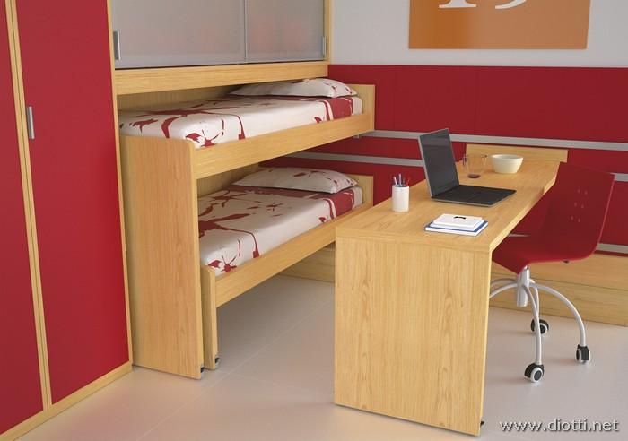 La grande scrivania scorrevole in rovere sbiancato offre un bel contrasto sulla boiserie laccato rosso.