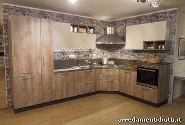 Cucina in offerta caratterizzata da una composizione angolare ...