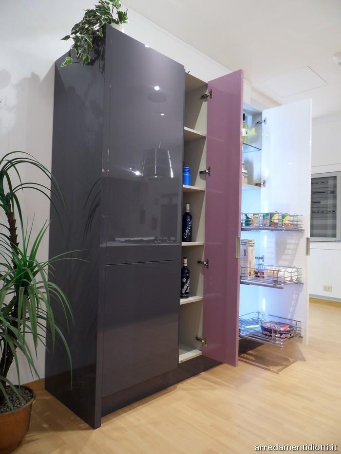 Cucina di design domus con isola e colonne diotti a f arredamenti - Cucine moderne con dispensa ...