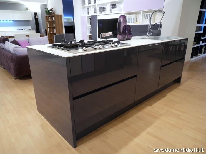 Cucina di design Domus con isola e colonne - DIOTTI A&F Arredamenti