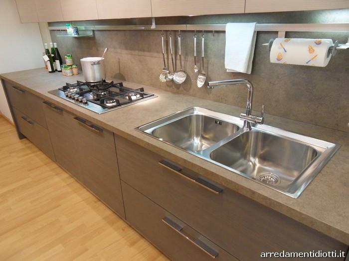 Cucina sfera larice moderna con penisola diotti a f arredamenti - Cucina con piano cottura ad angolo ...