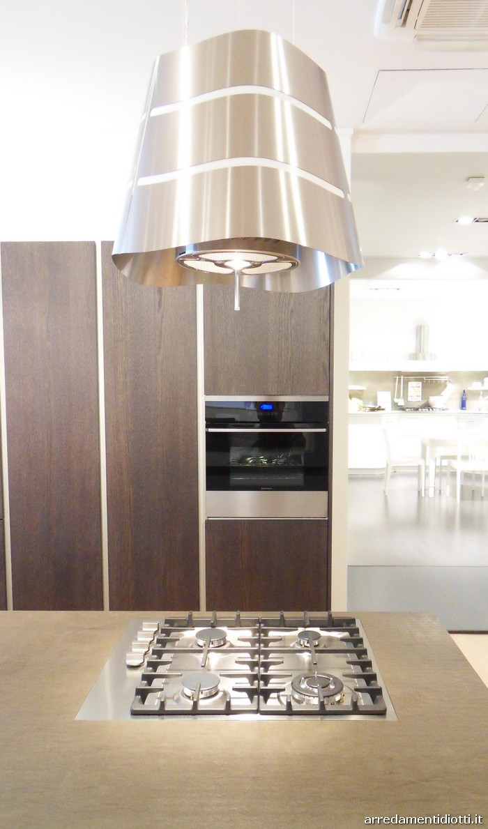 Cucina moderna logica con isola in rovere carbone diotti for Cappe moderne