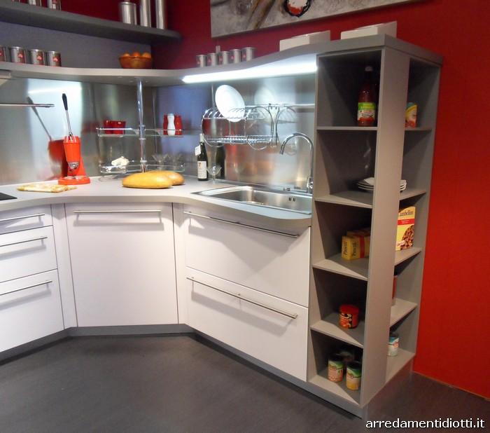 Cucina skyline ergonomica con piani sagomati diotti a f arredamenti - Cucine seconda mano milano ...