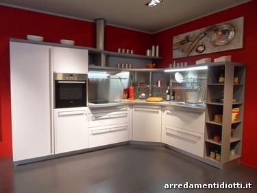 Cucina snaidero in prezzo affare con piani sagomati e mensole arrotondate con illuminazione - Cucina angolare misure ...