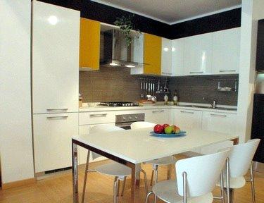Vista d'insieme della cucina Dream in laminato bianco lucido.