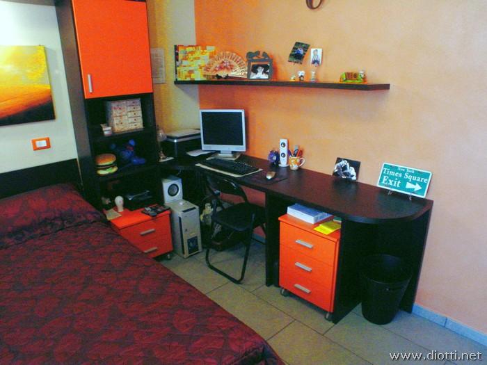 L'angolo home-office attrezzato come scrittoio e porta-computer.