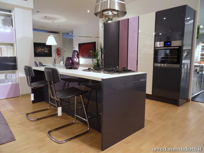 Cucina domus e soggiorno my space insieme in uno spazio for Open space arredamento