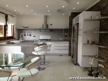 Cucina bianca lucida con top curvo skyline diotti a f - Cucine moderne con finestra sul lavello ...