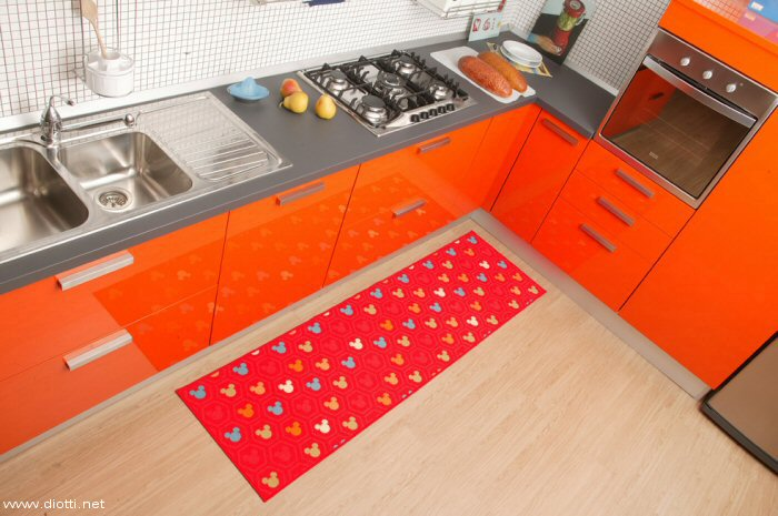 un classico disney per una passatoia di fronte a vela una cucina snaidero laccata lucida