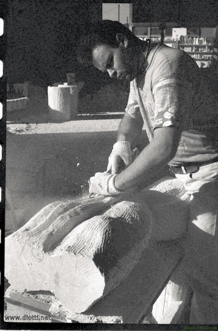 La scultura viene raspata con lo scalpello per le fasi finali della lavorazione.