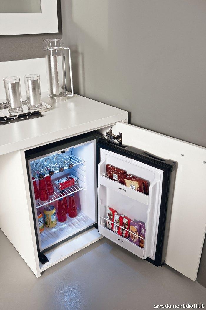 Seipersei-camera-hotel-scrittoio-con-frigo-bar-half