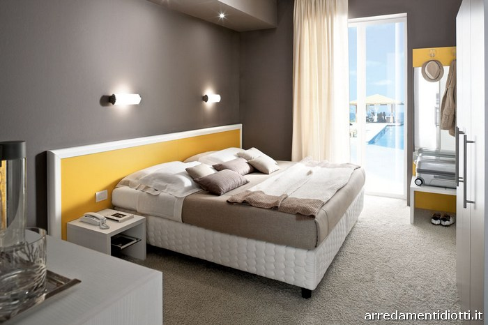 Seipersei-camera-hotel-letto-boiserie-ocra-cornice-bianca-big