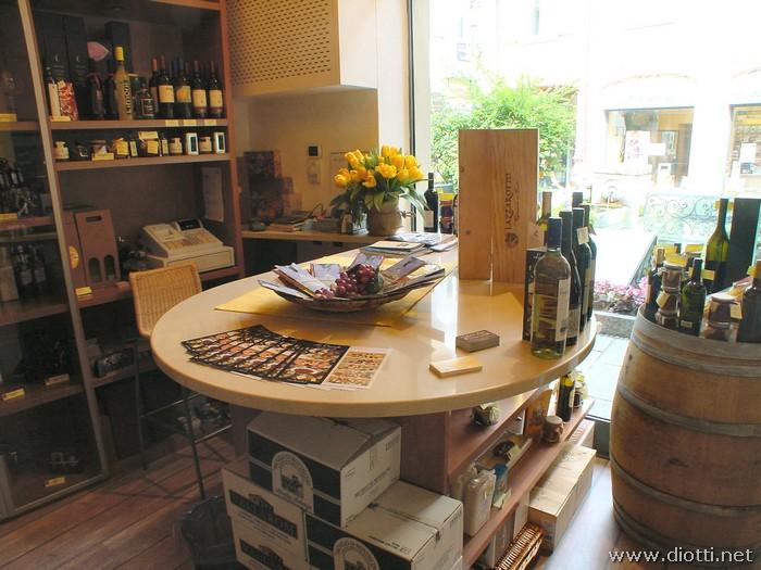 Sotto al piano in Okite per display e degustazione sono stati ricavati altri spazi espositivi visibili dalla vetrina.